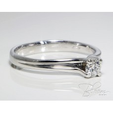 Engagement Ring with Elegant Diamond and White Gold