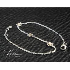 Elegant Diamond Bracelet with Flowers 18K