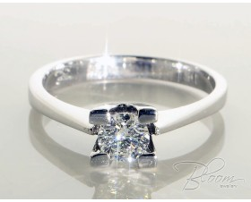 Classic Diamond Engagement Ring 18K