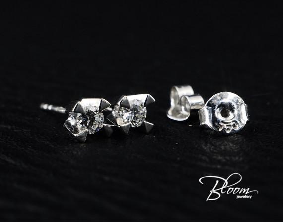 Beautiful Stud Earrings with Diamond 18K